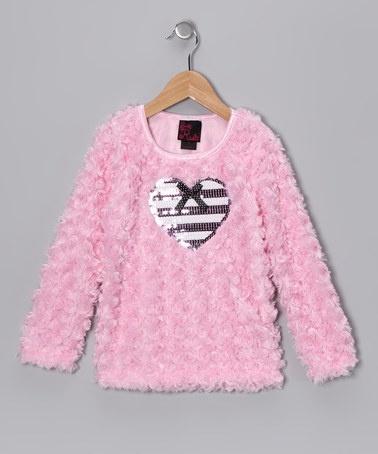 розовый свитер.